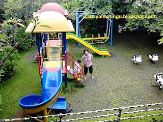 Anak-anak bisa bermain playground