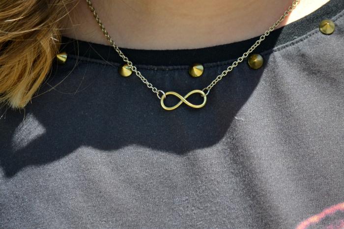 look_outfit_pantalon_amarillo_camiseta_leopardo_colgante_símbolo_infinito_zapatos_pico_pinchos_Zara_nudelolablog_02