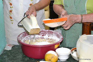 Dodajemy mąkę, cały czas miksując. Pkt.3.