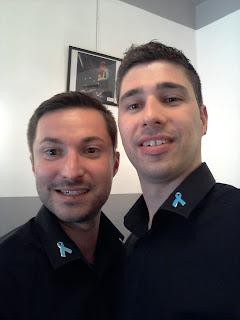 Eddy et Guillaume, coiffeurs au Studio 54 à Montpellier, arborant fièrement le ruban bleu.