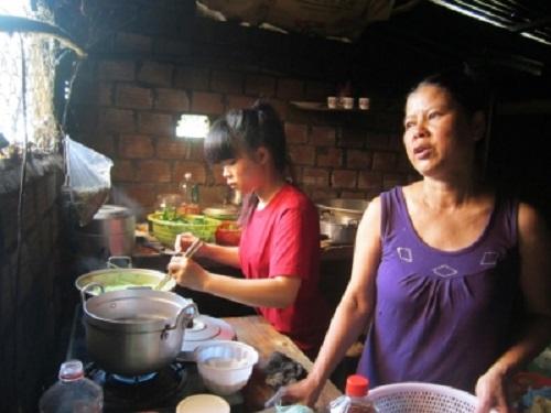 Gia Lai: Đôi vợ chồng nghèo cưu mang cả chục người dưng bệnh tật, ốm yếu