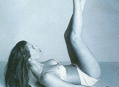 Ćwiczenia na płaski brzuch bez przyrządów. Unoszenie pośladków.