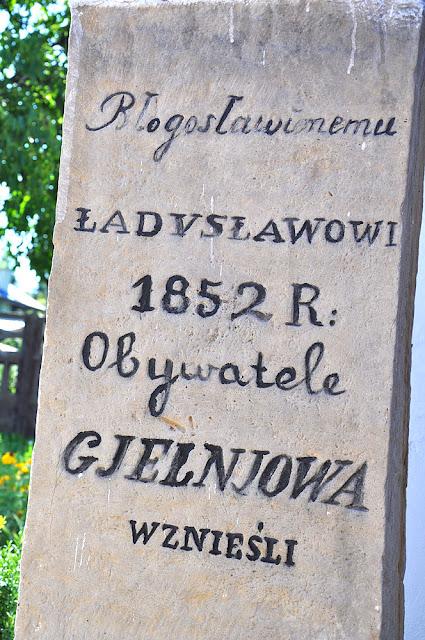 Gielniów, kaplica bł. Ładysława. Napis na wmurowanym kamieniu - po lewej stronie wejścia. Fot. KW.