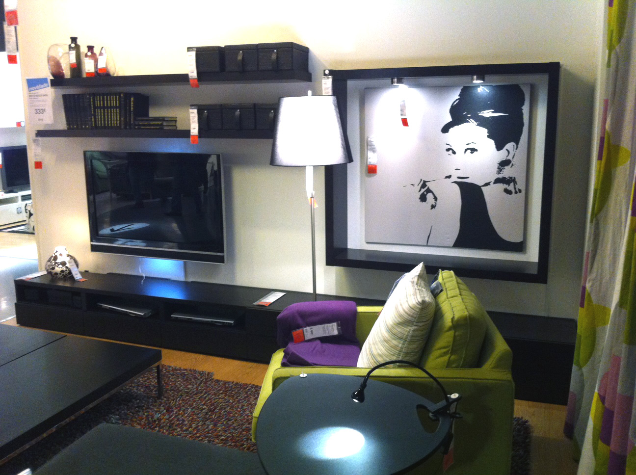 Salas De Estar E Jantar Ikea ~  Ikea Sala Decorada com Móveis Escuros e Apontamentos de Verde e