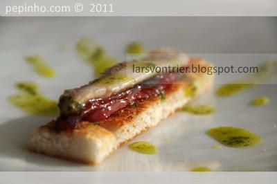 Anchoas marinadas con pimientos confitados y aceite de perejil