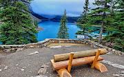 Un banco hecho de madera en el hermoso Lago del Banff National Park, . (banco frente al lago del banff national park)
