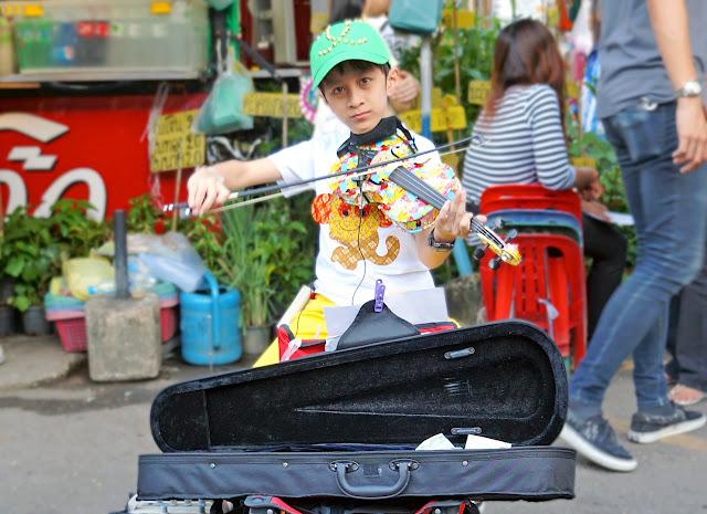 Enfant jouant du violon au marché de chatuchak