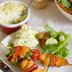 Miodowo-musztardowe szaszłyki z kurczaka. Ziemniaki zapiekane z ricottą.