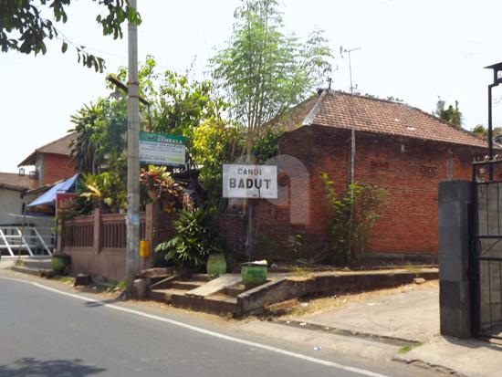 Jalan masuk menuju Candi Badut yang bisa dilihat di sebelah kiri jalan apabila datang dari arah pangkalan angkot AT kota Malang.