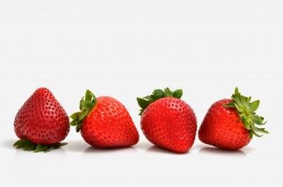 الفراولة تحتوي على حامض ألفا هيدروكسي، وهو أمر عظيم للحد من آثار الشيخوخة على الجلد وللحد من الانتفاخ