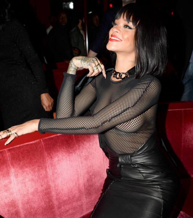 Rihanna sigue con las tetas al aire