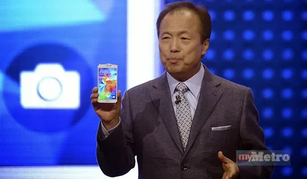 CEO Samsung J.K. Shin melancarkan Samsung Galaxy S5 di Mobile World Congress.