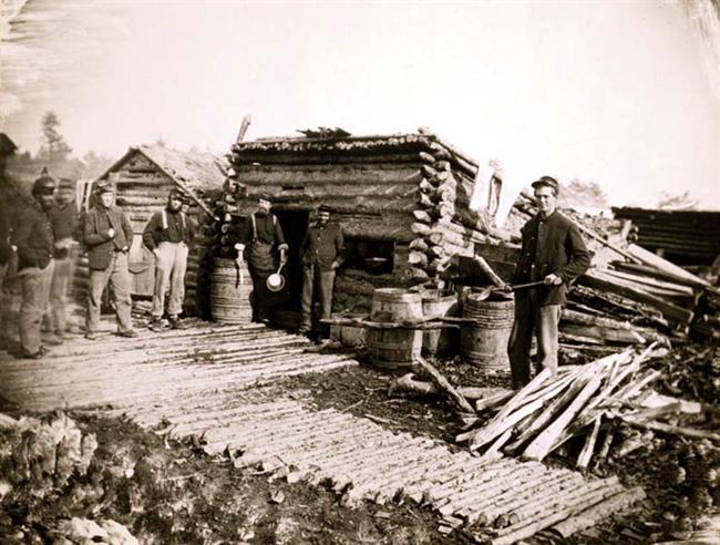 Soldados de artillería a la entradaa de la cocina del campo