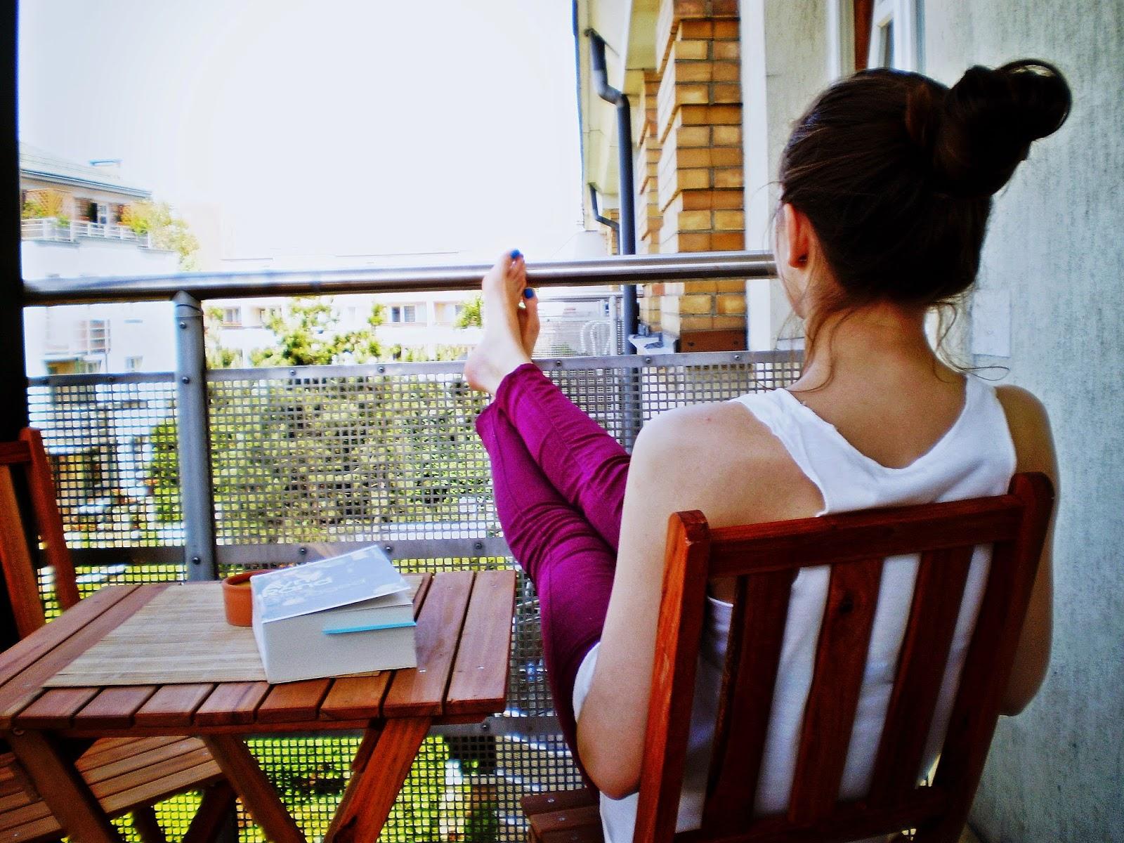 czytanie na balkonie