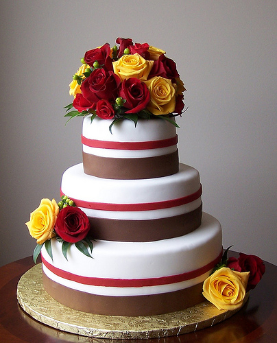 Wedding cakes with fresh flowers ideas