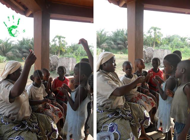I bambini della Missione in Togo iniziano a costruire le coroncine