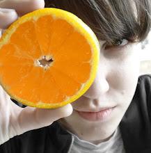 Muñequita piel madera naranjita pa' chupar