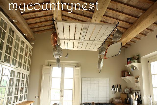 My country nest recupero in cucina isola e rastrelliera - Portapentole da soffitto ...