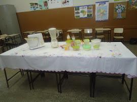 Mesa preparada para dar início à aula de culinária