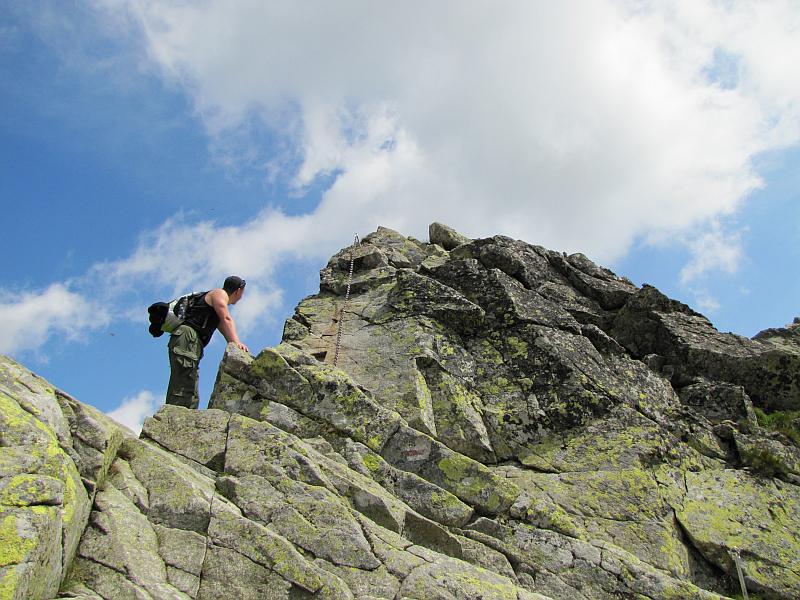 Jeden ze skalnych garbów przed Małym Kozim Wierchem.