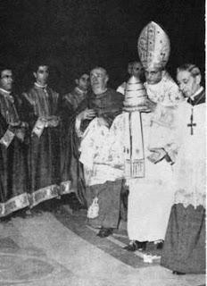 Pablo VI donando la tiara papal, elemento de coronación