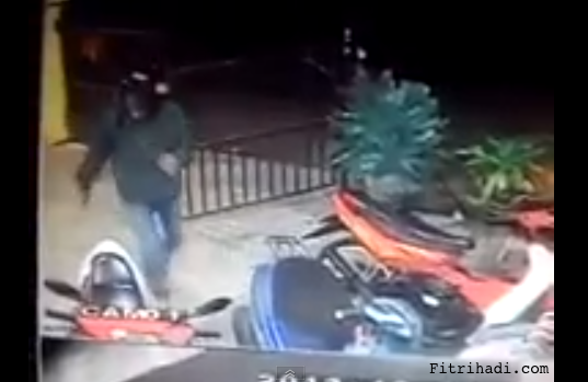 pencuri buka pagar rumah curi scooter motosikal