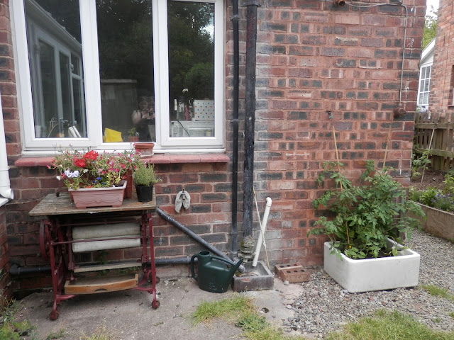 Old mangle and Belfast sink in garden. secondhandsusie.blogspot.co.uk