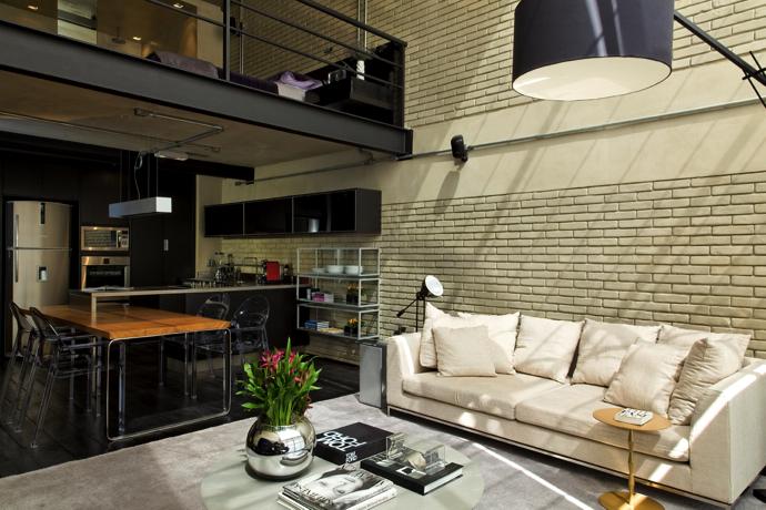 Ubicado en Sao Paulo, este loft reune las características propias de un espacio con el estilo industrial y un marcado acento masculino.