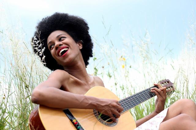 mulher negra violão