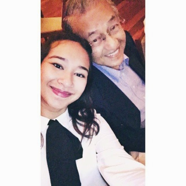 Gambar Aksi Comel Tun M Selfie Bersama Cucu