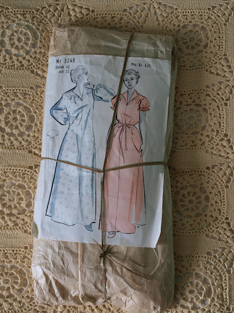 vintage 40's 50's pattern nightgown package paper string