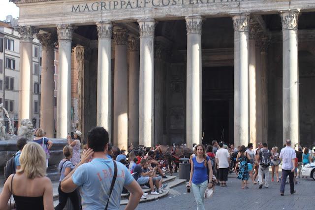 Raquel, delante de la fachada delantera del Panteón de Roma