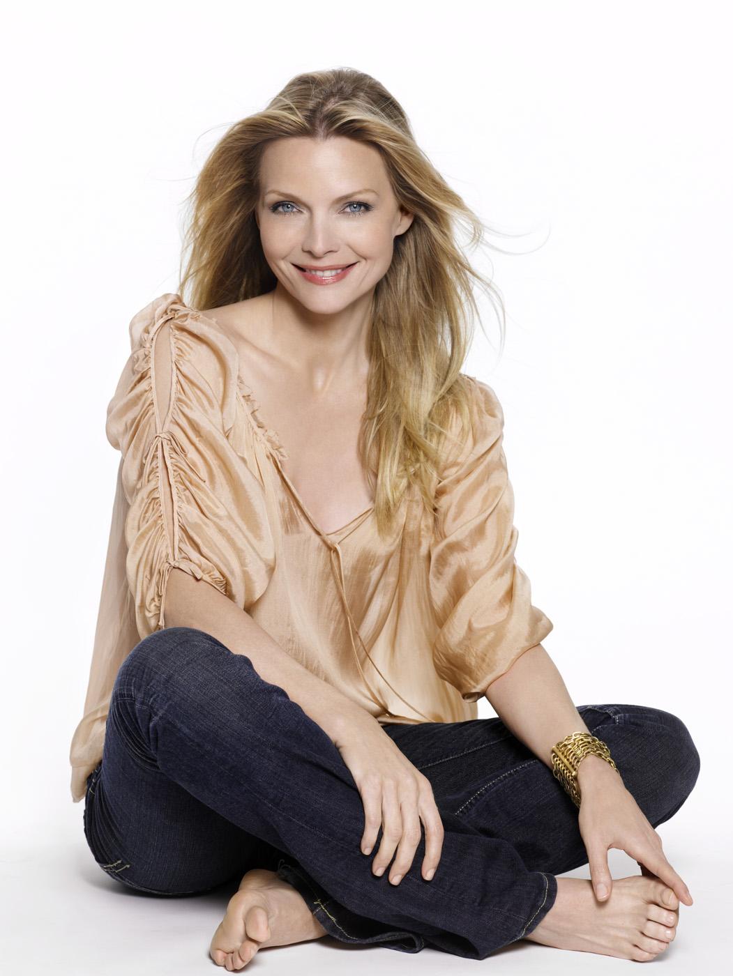 http://1.bp.blogspot.com/-E0gqiKnoYew/TaXpdumzwtI/AAAAAAAABMA/YK9KdUNlfBs/s1600/Michelle-Pfeiffer-Feet-372271.jpg