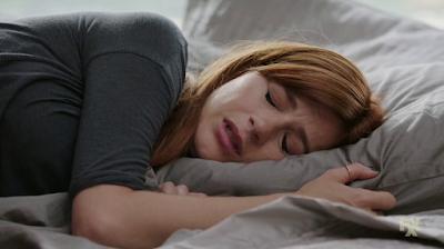 Gretchen, llorando y deprimida en la cama