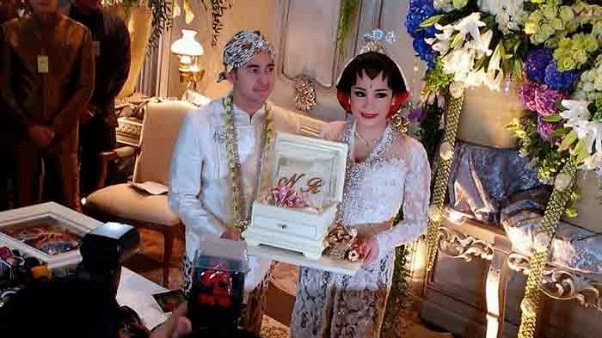 model baju Kebaya pesta pernikahan couple