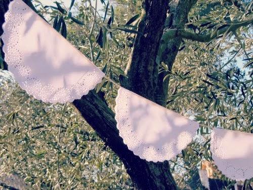 Guirnalda con blondas decorando un olivo