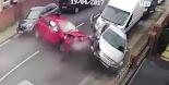 Ένα όσκαρ ψυχραιμίας γι' αυτόν τον άνθρωπο! Ένα κόκκινο αμάξι χάνει τον έλεγχο και πέφτει πάνω σε τέσσερα σταθμευμένα αμάξια με μεγάλη...