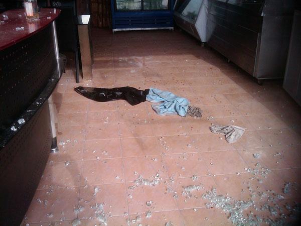 عصابة تقتحم وتحطم مطعم بعزيزية