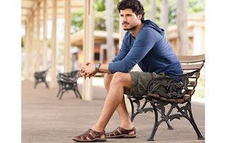 Foto de homem usando sandália masculina em pés masculinos