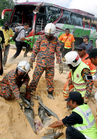 2 KEMALANGAN BAS DAN TRELER DI BEHRANG 11.11.11