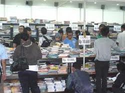 Banyaknya jenis buku buku yang di obral.