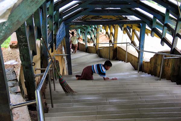 Nino limpiando las escaleras del Monte Popa