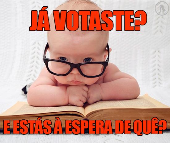 Imagem de um bebé com óculos de intelectual – Já votaste? E estás à espera de quê?