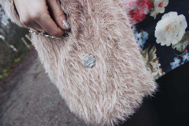 floral skirt, fashionblogger, overdivity, cat hat, hut mit katzenohren, Monki, chenille pullover, angelino, charms, kleeblatt, overknees, tamaris, samt stiefel, modeblogger, hamburg, germany,