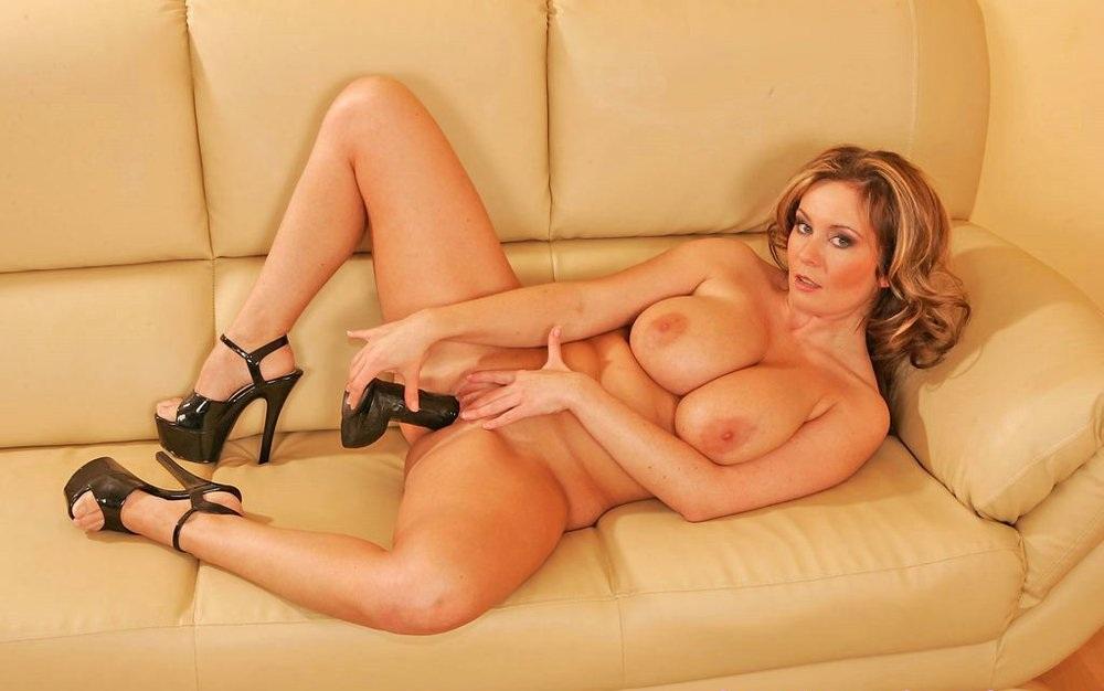 Грудастая зрелая женщина ласкает себя в кресле