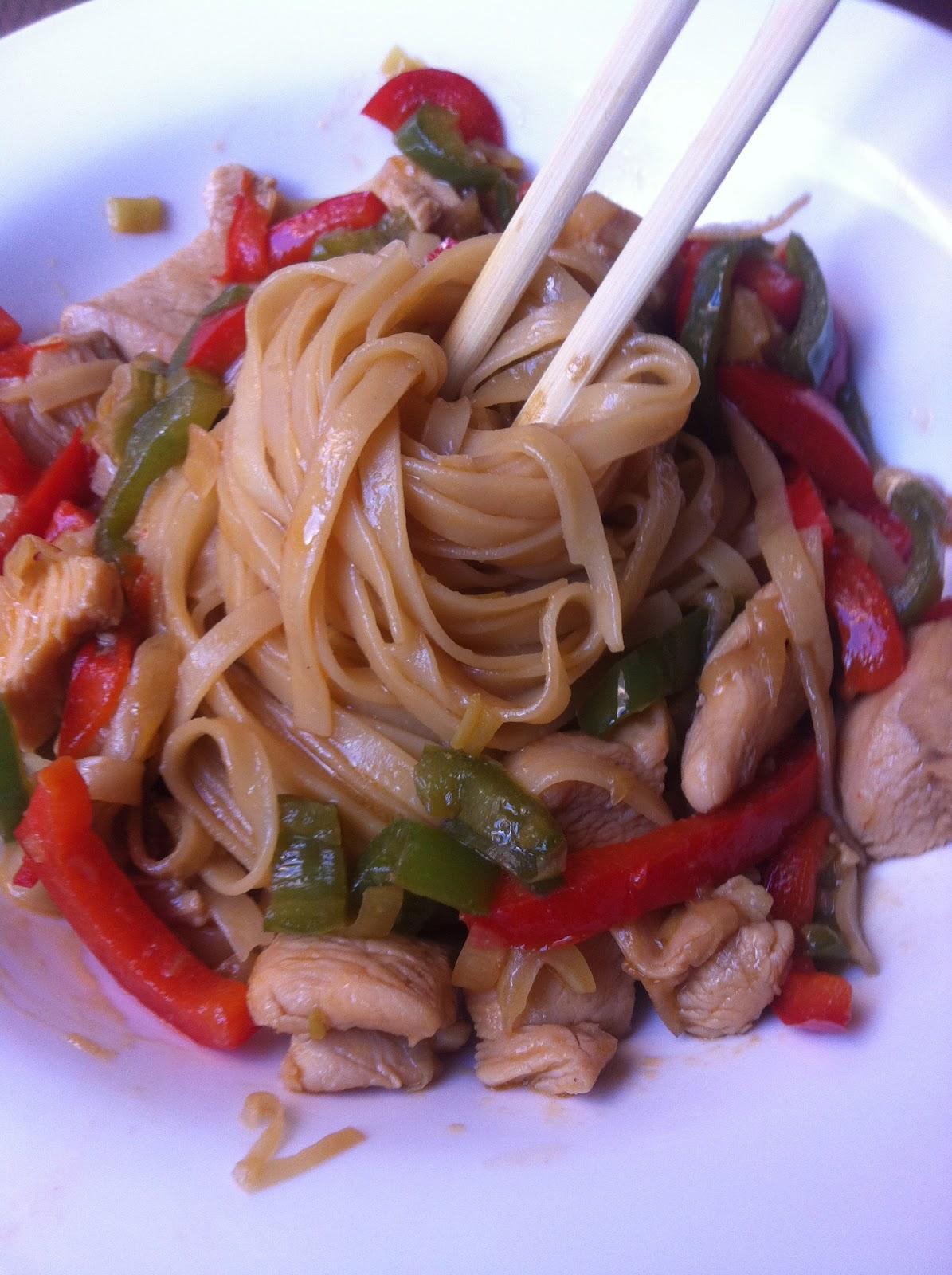 Wok de pollo y verduras con tallarines de arroz en la for Cocinar wok en casa