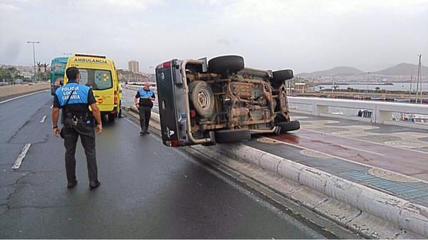 fotos aparatoso accidente trafico avenida maritima las palmas de gran canaria