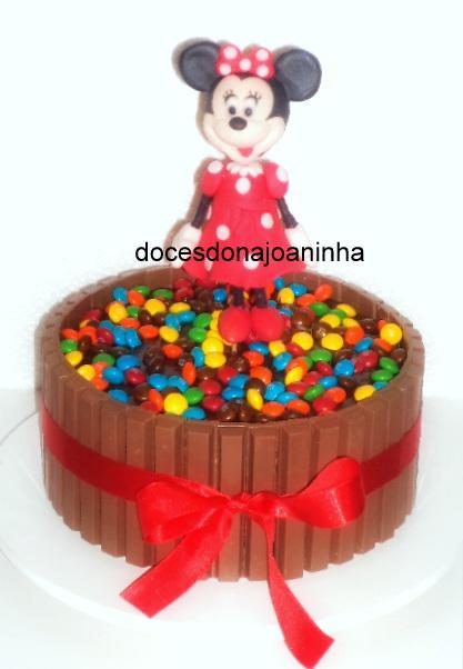 Bolo Kit Kat com a bonequinha da Minnie