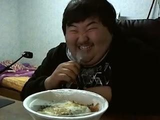 diaforetiko.gr : tromaktiko Δείτε τον απίστευτο τύπο και το πως κάνει για το φαγητό του... Θα λιώσετε στα γέλια! (βίντεο)