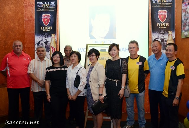 Ex Malaysian footballers, Rennaissance GM, and the family of the late Wong Choon Wah posing for the cameras